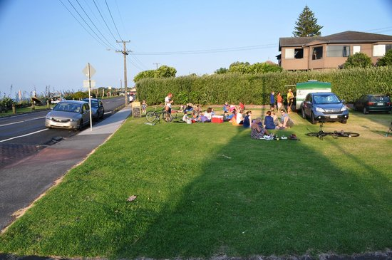 Oakura Beach Holiday Park : Dining in bean bags on lawn outside Oakura holiday park