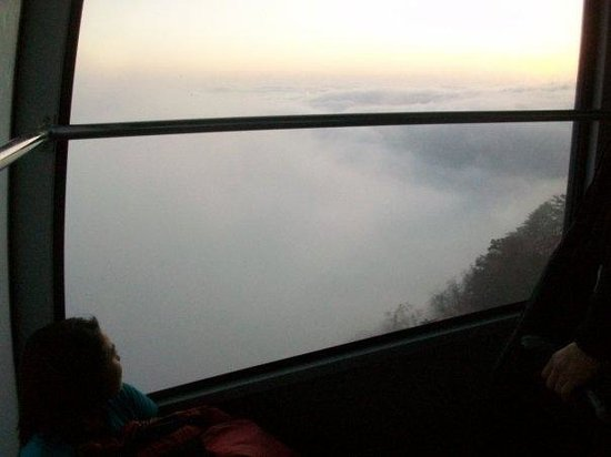 Mount Emei (Emeishan) : Cable car ride up to the top