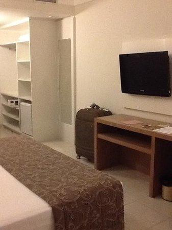 Quality Hotel & Suítes São Salvador : quarto amplo e tv de 32'