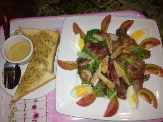 Same Same Backpacker, Siem Riep: Saesar salad chicken