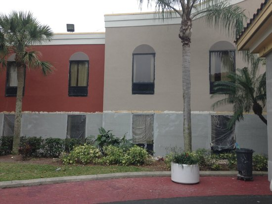 Quality Suites Fort Myers – I-75: Appealing outside of hotel