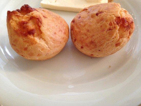 Bourbon Curitiba Convention Hotel : Café da manhã: deliciosos pães de queijo