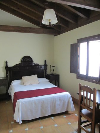 Hotel Casa del Capitel Nazari: Beautiful Headboard and Ceiling, Would Have Liked Better Lighting