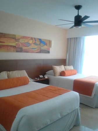 Flamingo Cancun Resort: This  second bedroom was not ours