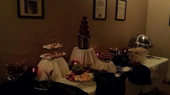 Classic's Restaurant and Lounge: Fondue Party!