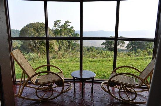 Ngorongoro Sopa Lodge: Панорамное окно в номере.