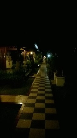 ANANDA RESORT : Walkway at night