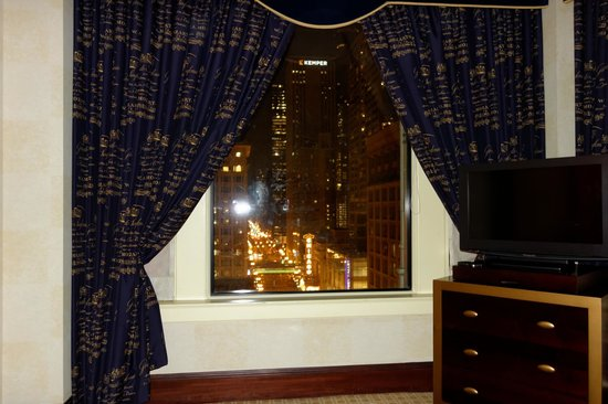 Kimpton Burnham Hotel: View of the Chicago sign from the bed