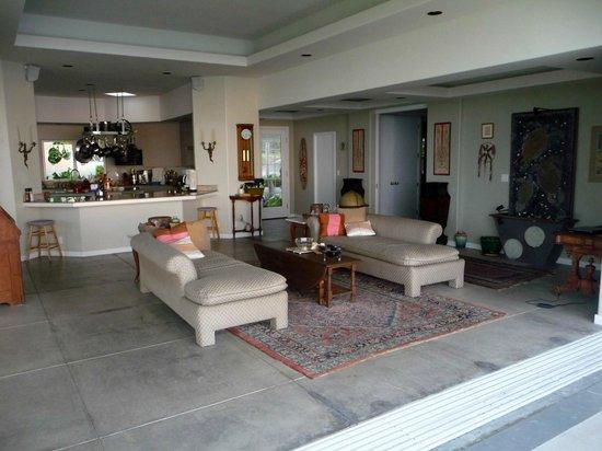 Horizon Guest House: Open living room