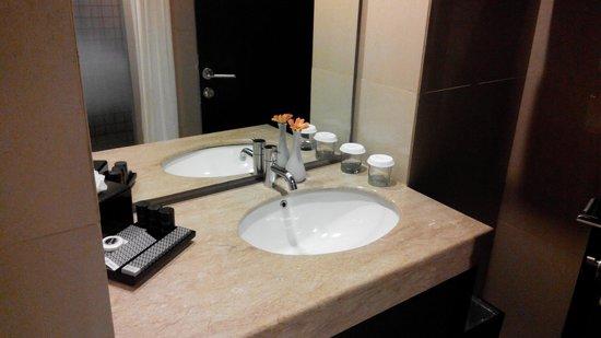 Akmani Hotel: bathroom