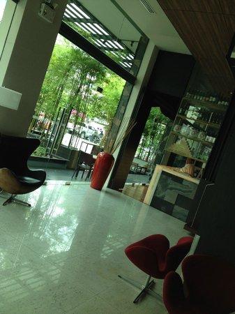 Sacha's Hotel Uno: lobby looked good....
