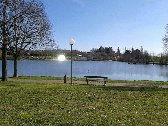 Ibis Styles Bourbon Lancy : Vue de la chambre sur le lac