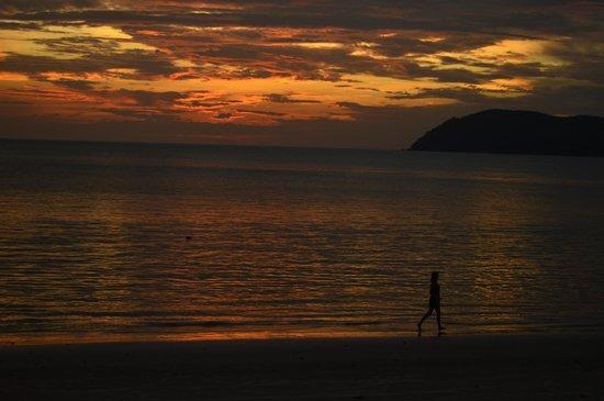 Sunset Beach Resort : Beach when the sun sets
