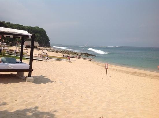 Hilton Bali Resort: A view north from the pool/ beach side bar