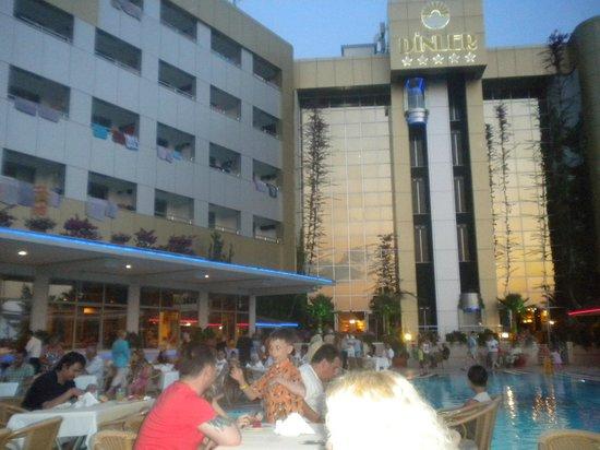 Dinler Hotels - Alanya: Здесь мы ужинали (рядом с рестораном и бассейном)