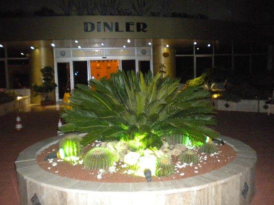 Dinler Hotels - Alanya: Перед входом в отель