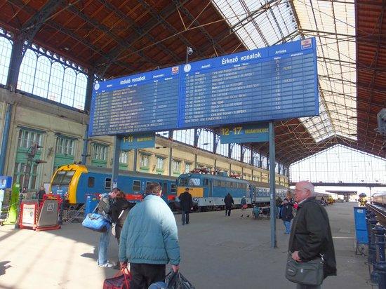 Budapest Western Railway Station: 行き先案内板