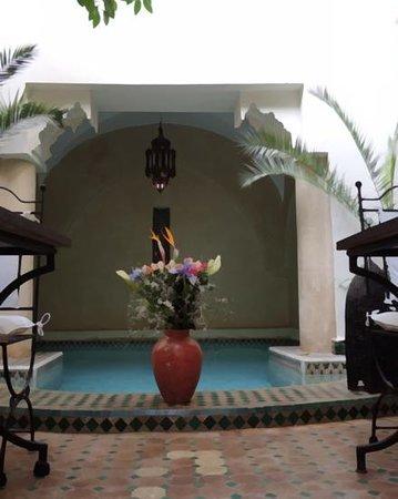 Riad Dar Dialkoum : bassin dans le patio