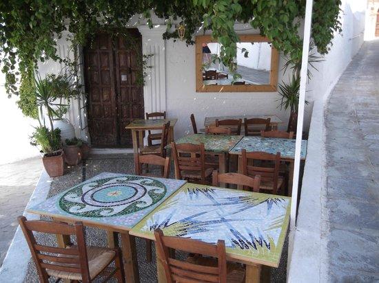 Lindos : кафе с милыми столешницами
