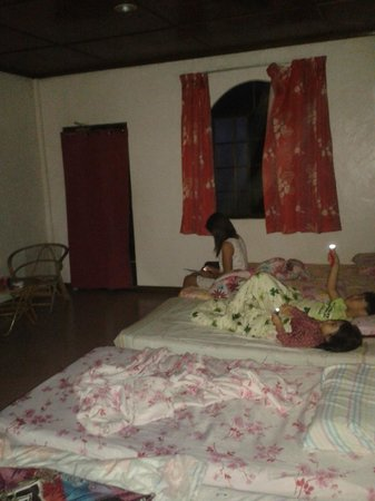 Strawberry Garden Hotel  Kampung: Family room 'C' bedroom @ 16/03/14 without electricity at 5:30am
