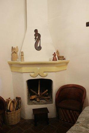 Casa Felipe Flores: Камин в номере