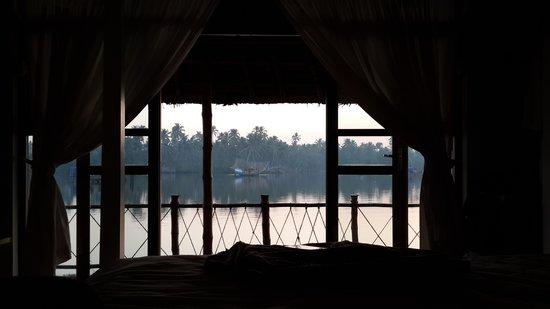 Les 3 Elephants Cherai Beach: waking up with a warm sunrise