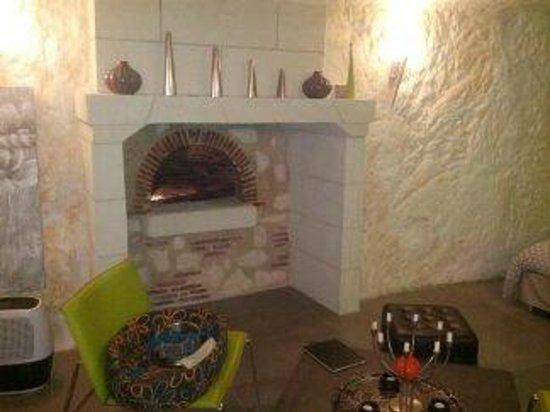 TrogloDelice : coin cheminée réaménagé avec des jeux de lumières
