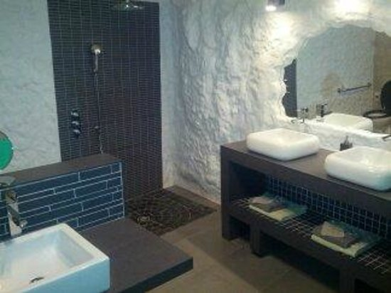 TrogloDelice : spacieuse salle de bain