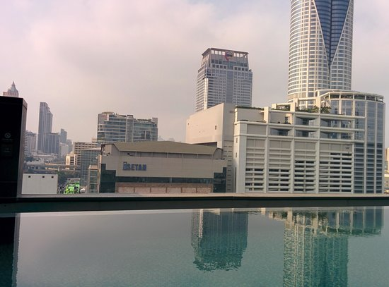 Novotel Bangkok Platinum Pratunam: swimming pool scenery