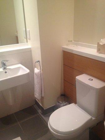 De Vere Cotswold Water Park: Bathroom