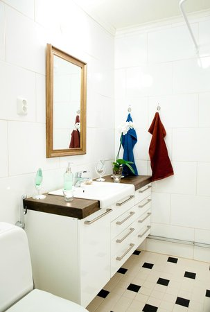 B&B Pinus : Bathroom (toilet+shower) shared by yellow and blue room.