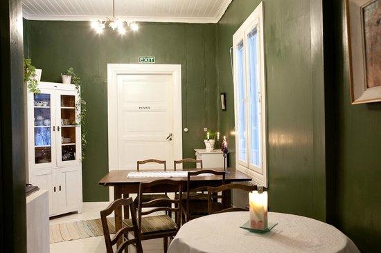 B&B Pinus : Green breakfast room.