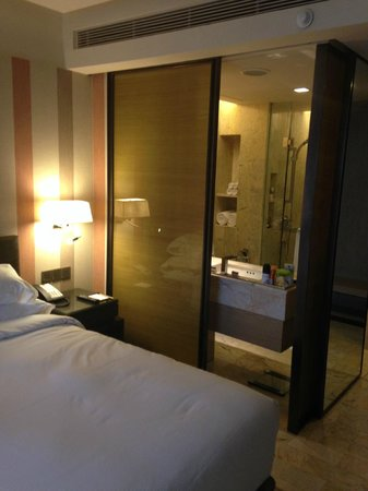 DoubleTree by Hilton Sukhumvit Bangkok: The Bathroom from the bedroom !!