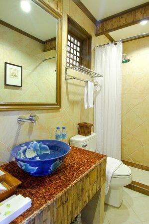 Best Western Boracay Tropics Resort : Guest Bathroom - In the Premiere Suite