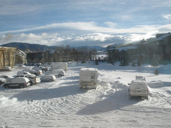 Holiday Inn Frisco - Breckenridge: View from our room to the rear car park & mountains