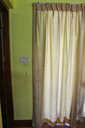 Coir Village Lake Resort: dirty curtains