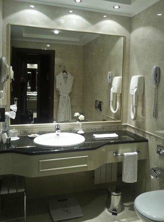 Premier Palace Hotel: Ванная.