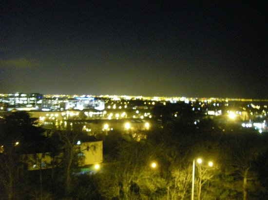 Clayton Hotel Leopardstown: View of Dublin at night from the bedroom