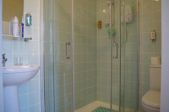 Varley House: Twin Room Bathroom