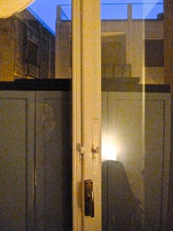 B&B Globetrotter Siracusa: Porta-finestra bloccata da armadio