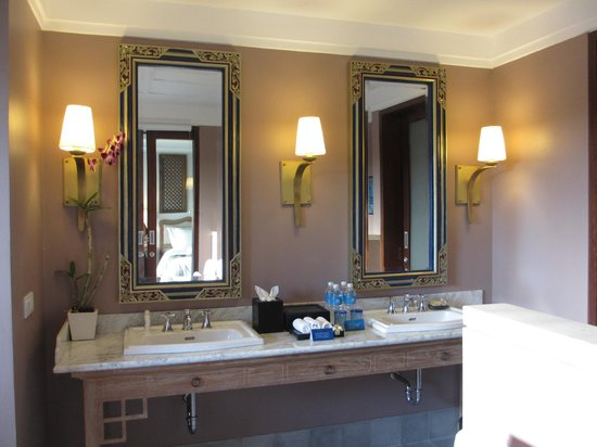 Sudamala Suites & Villas: Nice his and hers mirror and basin