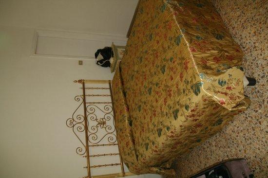 Hotel Tre Donzelle: camera piccola.. e ci sono anche due comodini, una buffetta e un piccola armadio