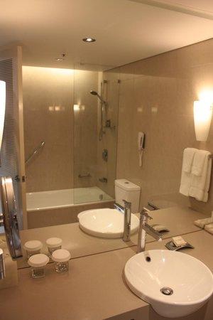 Hilton Cairns: Bathroom