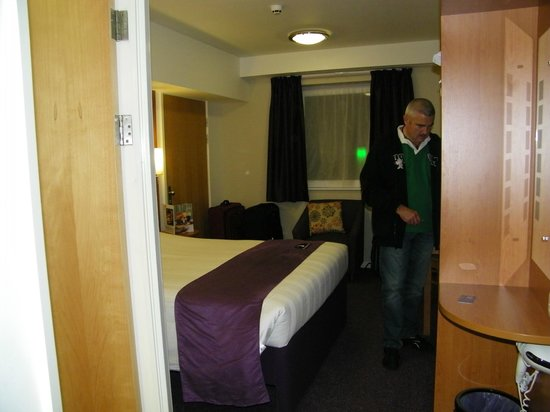 Premier Inn London Gatwick Airport (North Terminal) Hotel: double room from door