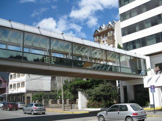 Panamericano Bariloche: Overhead walway Panamericano Hotel