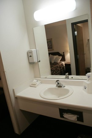 Americas Best Value Inn New Florence: Standard Bathroom