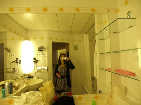Derag Livinghotel Grosser Kurfürst : Baño muy comodo