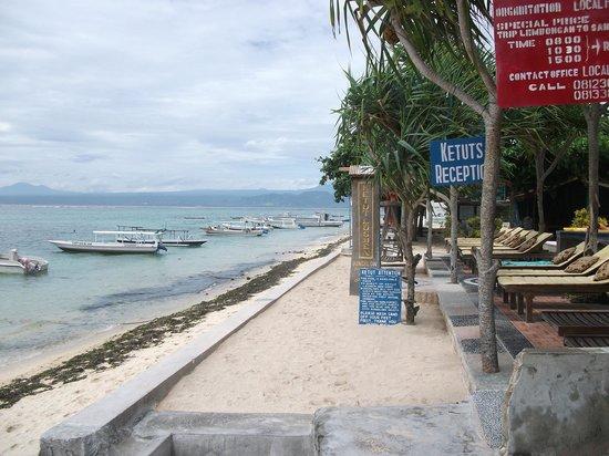 Ketut Losmen Bungalows : On the beach