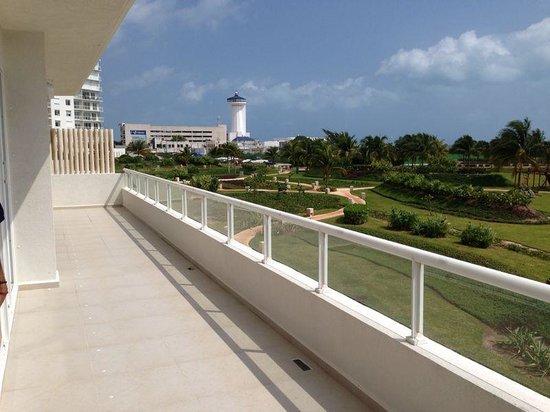 Amara Cancun Beachfront Condos: balcony view to the garden