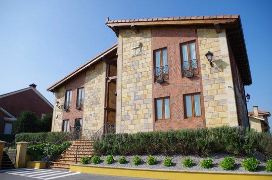 Sur de la Bahia Hotel Rural: Vista de la fachada desde el aparcamiento, entrada desde la carretera